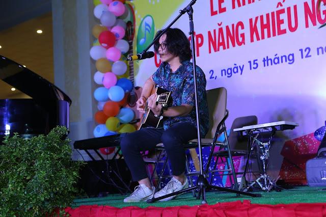 Cựu học viên trường nhạc SMS biểu diễn hát với Guitar