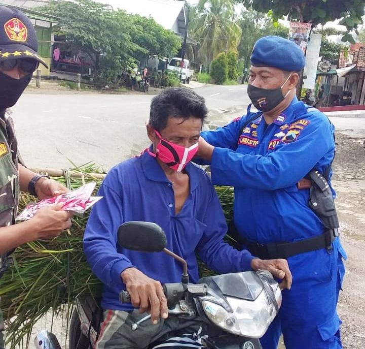 Masih Banyak Warga Bandel, Polairud Polres Kebumen Bagikan Masker Gratis