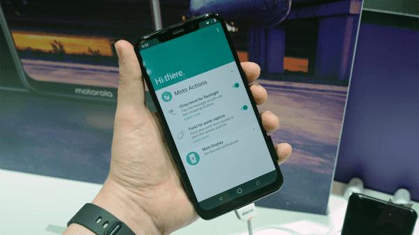 موتورولا تطلق هاتفها الشبيه بـ iPhone X في الولايات المتحدة بسعر 399$