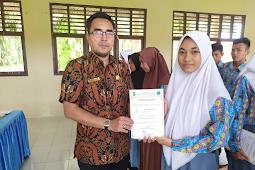 """Siswinya lulus Informatika di Politeknik Caltex Riau (PCR), Tri: """"Menjadi bukti keseriusan sekolah dalam mencetak bibit unggul"""""""