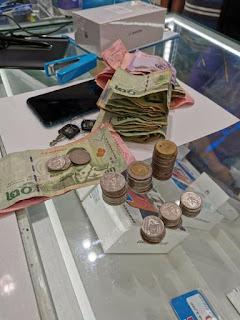 uang kusut gadis kecil untuk membeli Hp
