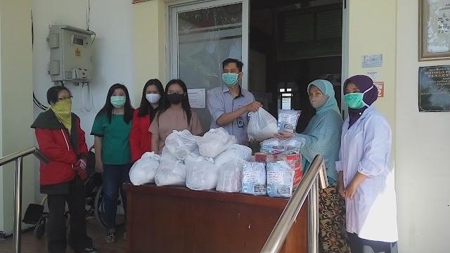 Bansos Kegiatan KKN Universitas Widya Kartika Surabaya di Puskesmas Mulyorejo