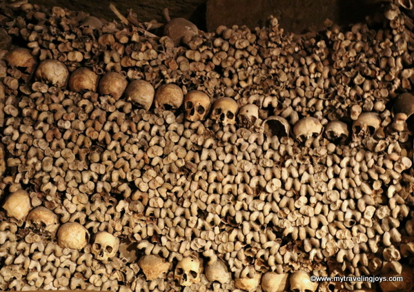 Huge display of bones in Catacombs of Paris