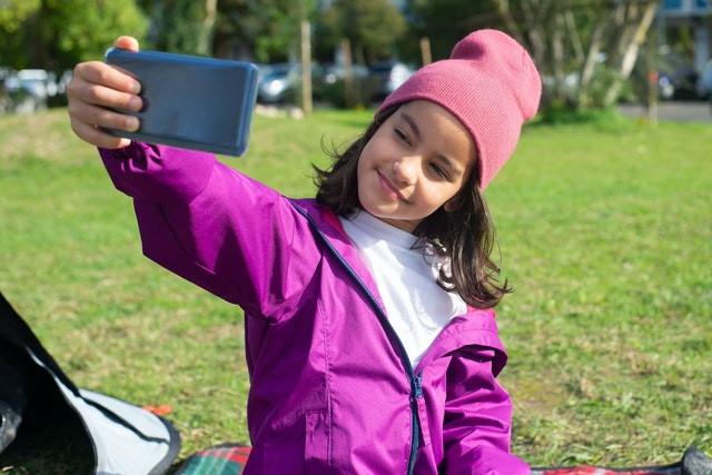 taking a selfie, selfie picture, girl with smartphone, girl with cellphone
