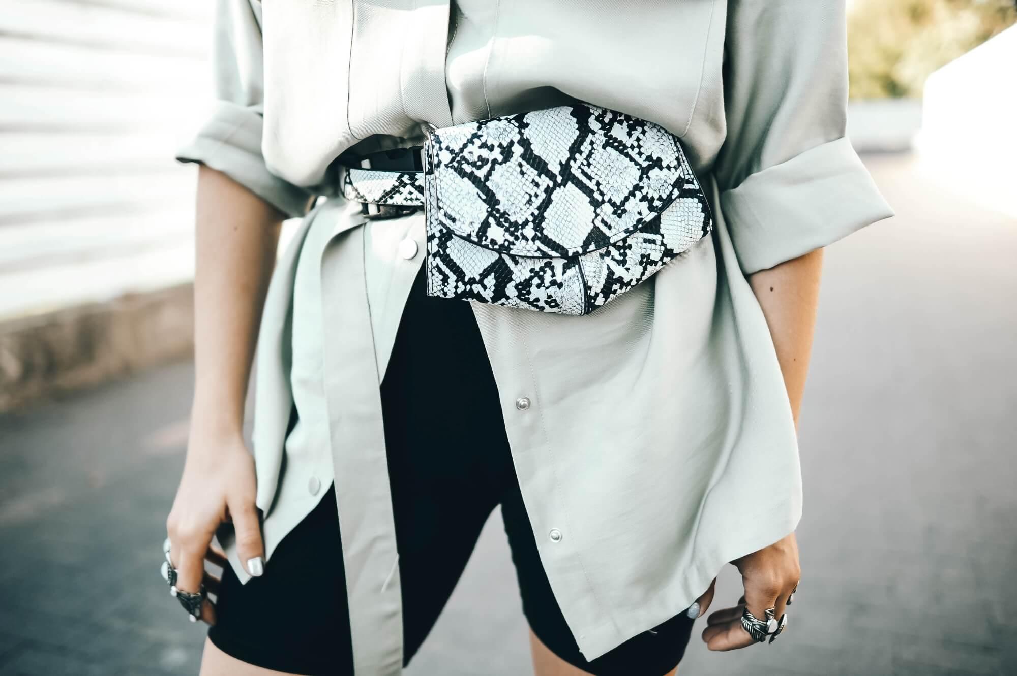blog modowy blogerka modowa karyn puławy look stylizacja koszula oliwkowa femme luxe sportowe buty bonprix okulary przeciwsłoneczne kolarki torebka w wężowy wzór aliexpress