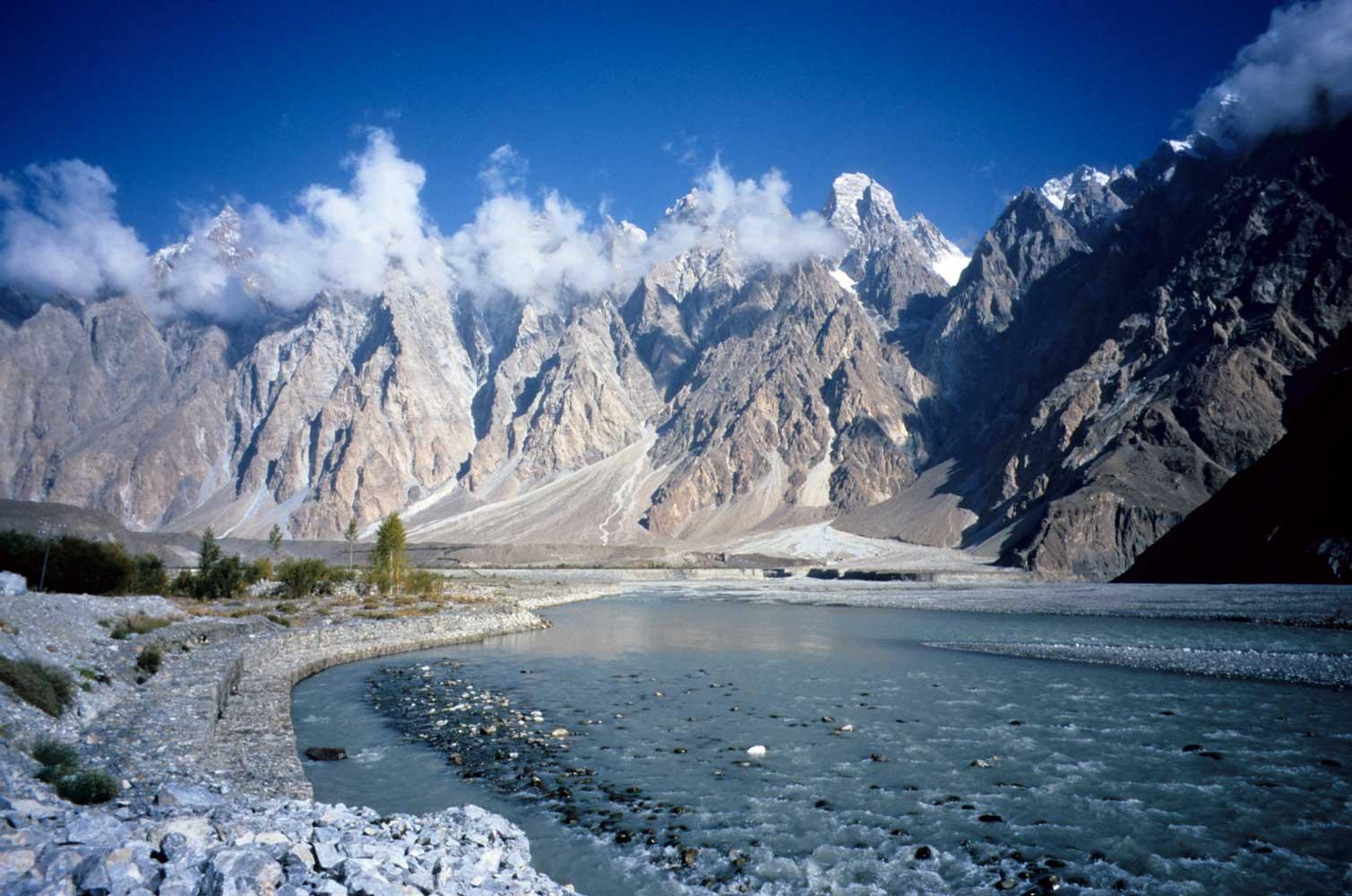 Montañas escarpadas en la autopista del Karakórum