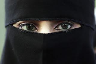 """19fe831c8 Dia 11 de abril de 2011 - A proibição oficial sobre o uso do """"niqab"""" ou  """"burca"""" entrou hoje em vigor na França. As infratoras pagarão multa de 150  euros."""