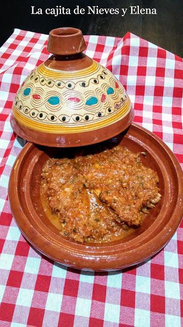 Tajine de dorada en salsa especiada de tomate y cebolla