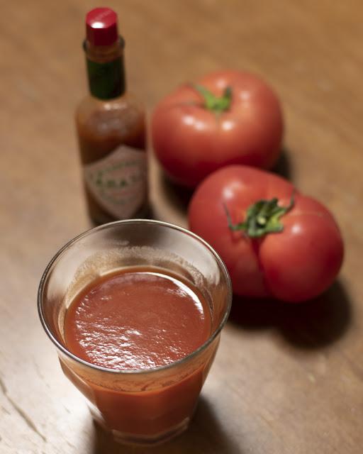 私の元気の素。トマトジュース、トマト、タバスコ、全部赤