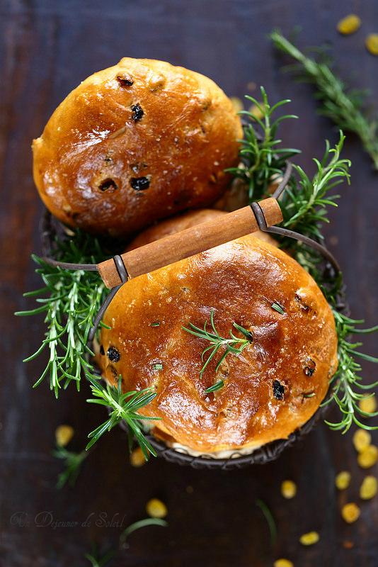 Pan di ramerino toscan (pain aux raisins et au romarin)