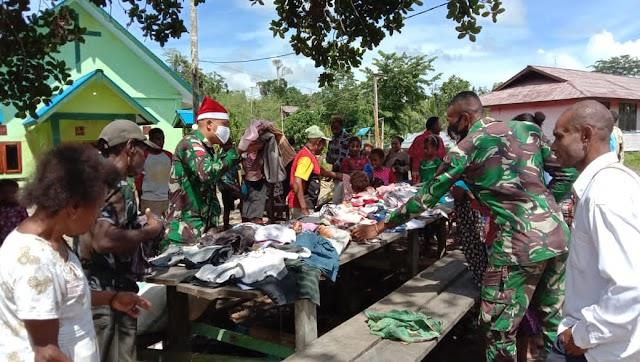 Satgas Yonif MR 413 Kostrad Bagikan Kaos Layak Pakai Kepada Warga Perbatasan RI-PNG