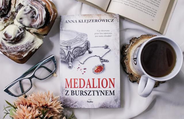 """""""Medalion z bursztynem"""" Anna Klejzerowicz"""