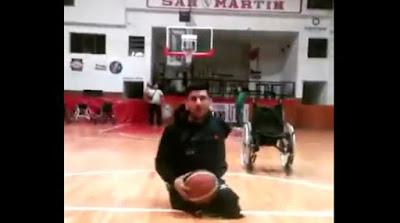Απίστευτο βίντεο: Έχασε τα πόδια του, έχει ένα χέρι αλλά βάζει τρίποντο ανάποδα από το κέντρο του γηπέδου