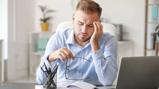 Fotografía de una persona con dolor de cabeza debido al estrés