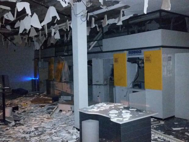 Bandidos explodem agência bancária e atiram em pelotão da PM no Paraná