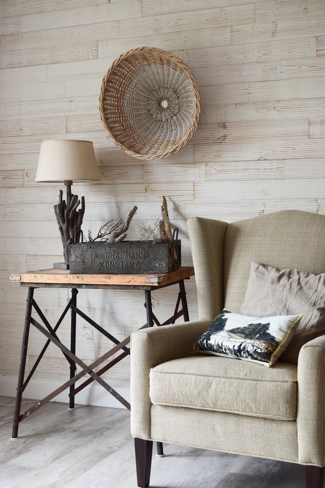 Wohnzimmer Ideen im Landhaus Stil einrichten. Deko Dekoideen natürlich dekorieren. Wanddeko Flohmarkt Tischlampe. Naturdeko Leseecke Lesesessel