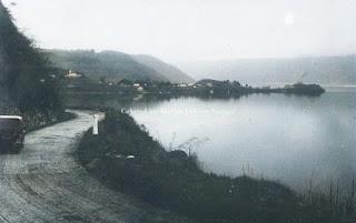jalan lain dan kendaraan di tepi danau toba