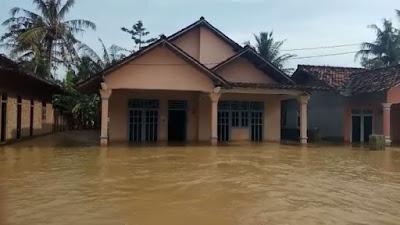 Banjir di Tanjung Tirto Way Bungur Semakin Meninggi, Warga Diungsikan