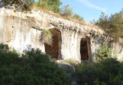 grotte nel Villaggio saraceno