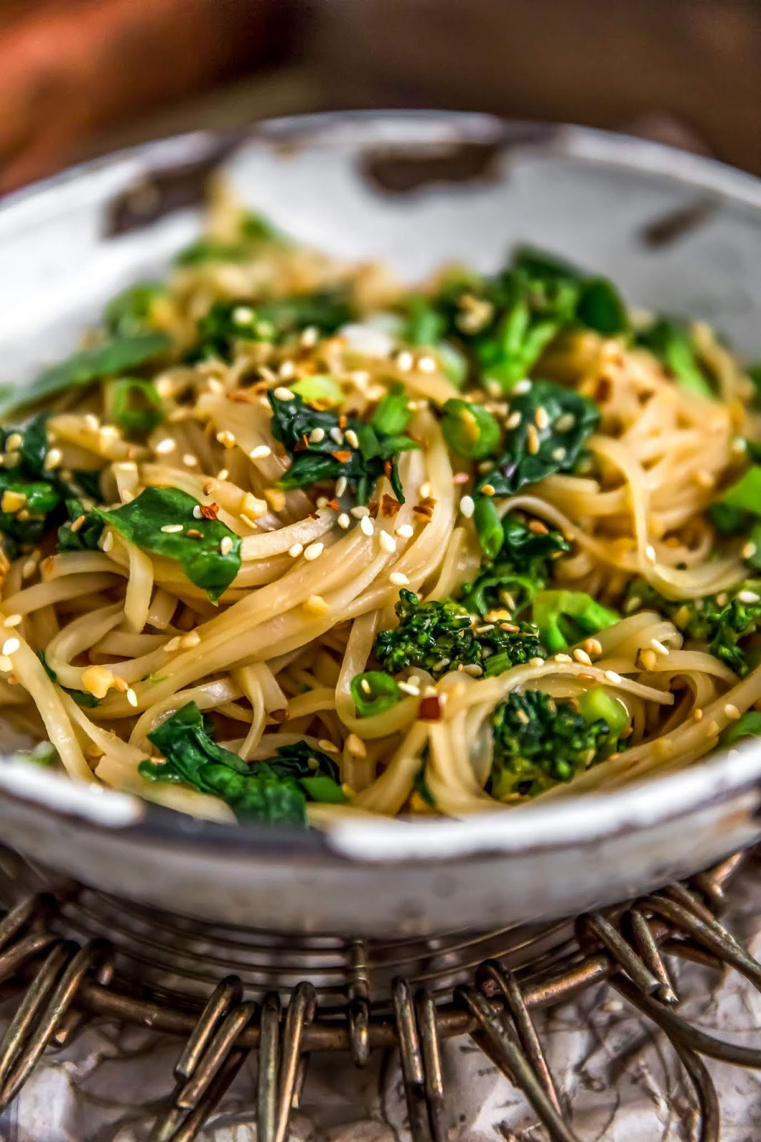 Oil-Free Garlic Sticky Noodles. Need more recipes? Find 20 Quick Vegan Lunch Recipes Perfect for Easy Meal Prep. healthy lunch vegan | vegetarian lunch ideas | vegan lunchbox | vegan easy lunch ideas #veganlunch #vegan #veganlunchideas #healthy