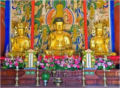 พระพุทธรูปในวิหารใหญ่วัดชินฮึงซา (Sinheungsa Temple)
