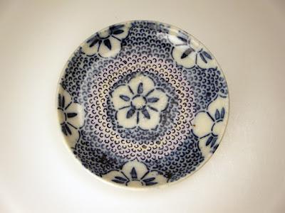 写真2-1 長沼焼の型紙摺り(印判)小皿