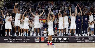 BALONCESTO - El Real Madrid  alza su sexta Supercopa y empata al Barça en títulos de este tipo