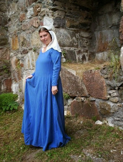 http://evashistoricalcostumes.blogspot.se/p/a-mid-14th-century-dress-based-on.html