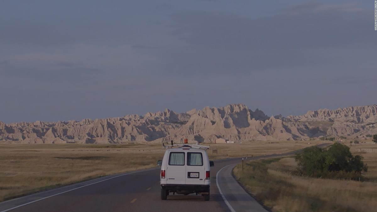 mobil van Fern melakukan lintas negara