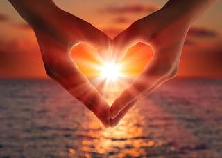 Słońce w tle zakochanych