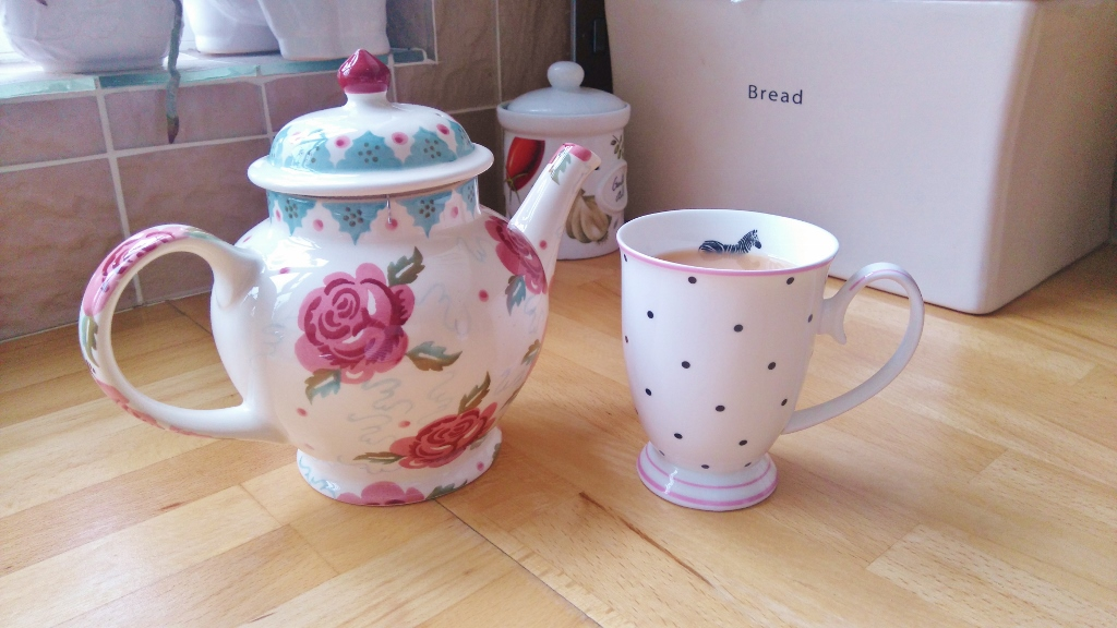 Teapot and mug with Jadu Tea
