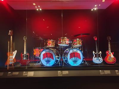הסט של להקת The WHO