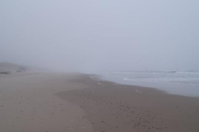 Wunderbarer Nebel am Strand von Houvig. Im Nebel verschwimmt die Grenze zwischen Land und Meer.