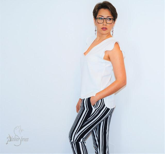 combinacion pantalon rayas y top blanco