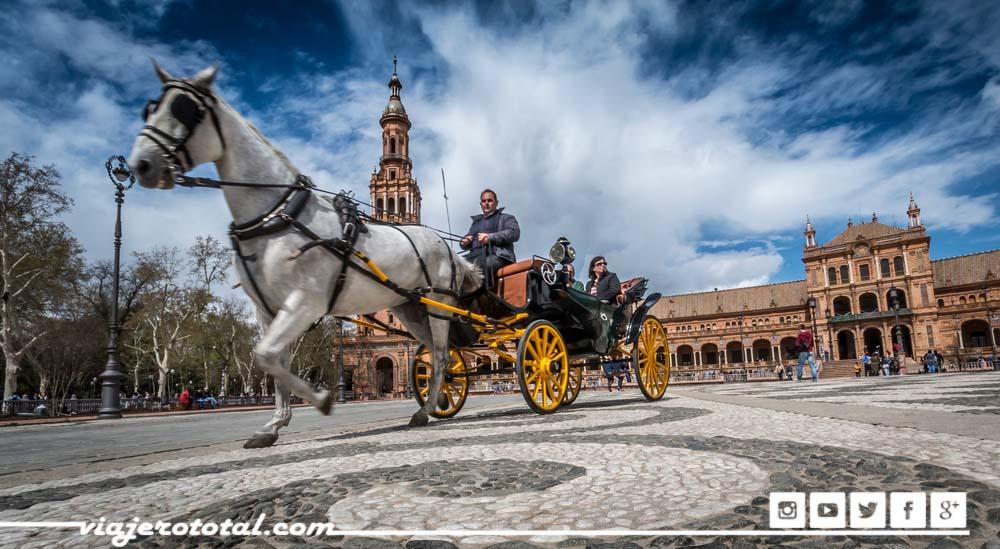 Paseando en un carro de caballos por las calles de Sevilla