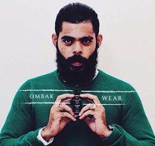 Pria Maskulin Dengan Berjenggot dan kumis tebal Menggunakan Ombak Beard Oil