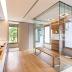 Banheiro contemporâneo com bacias reservadas e box central revestido de madeira e travertino!