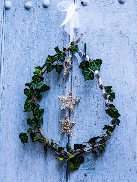 Kerstkrans op oude deur