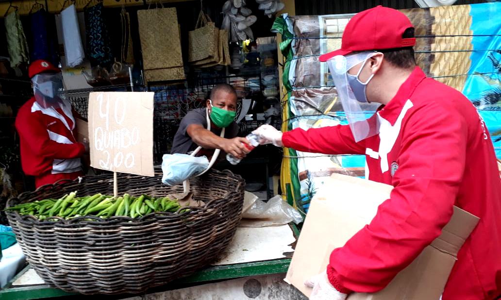 Bombeiros distribuem mascaras e álcool gel para feirantes da feira de São Joaquim