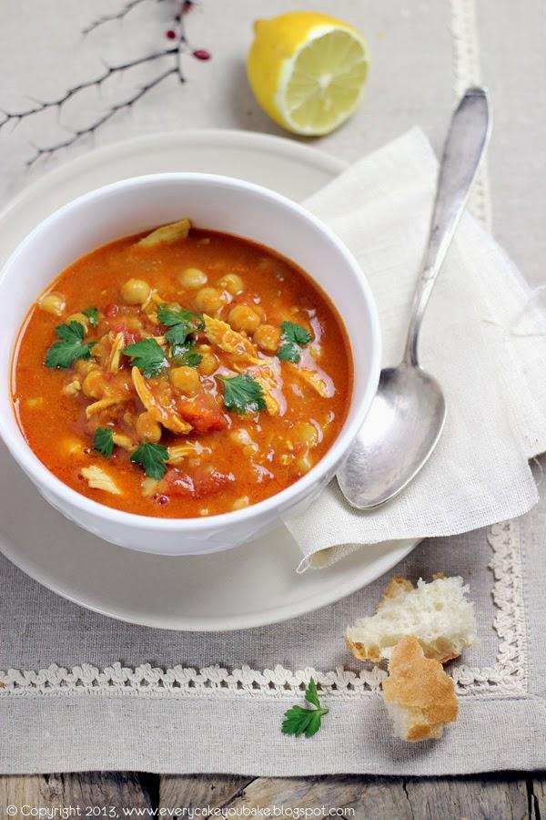 marokańska zupa z kurczakiem, pomidorami i cieciorką aromatyczna i sycąca