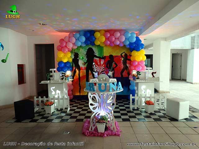 Tema Discoteca para festa de aniversário infantil em mesa decorada provençal