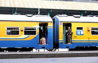 Foto traveller naik Kereta Api stasiun Gubeng Surabaya