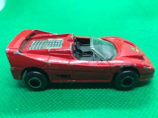 フェラーリ F50 のおんぼろミニカーを側面から撮影