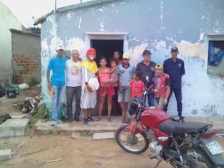 Os meninos do guaxinim entregaram sexta de alimentos nas comunidades carentes.