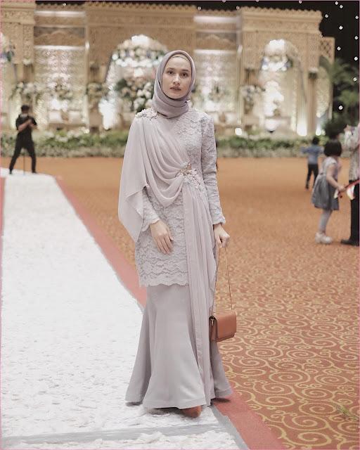 Outfit Baju Bridesmaid Berhijab Ala Selebgram 2018 kebaya kain brokat rok kain satin kerudung segiempat hijab square polos ungu pastel ciput rajut krem high heels wedges slingbags coklat muda ootd outfit kondangan trendy
