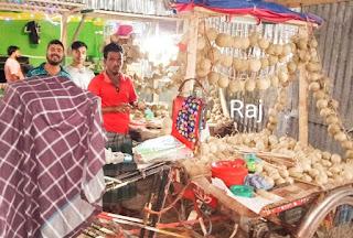 ইন্দুরকানীতে বেল বিক্রি করতে এসো বৃষ্টির কারণে বিপদে পড়েছে বিক্রেতারা