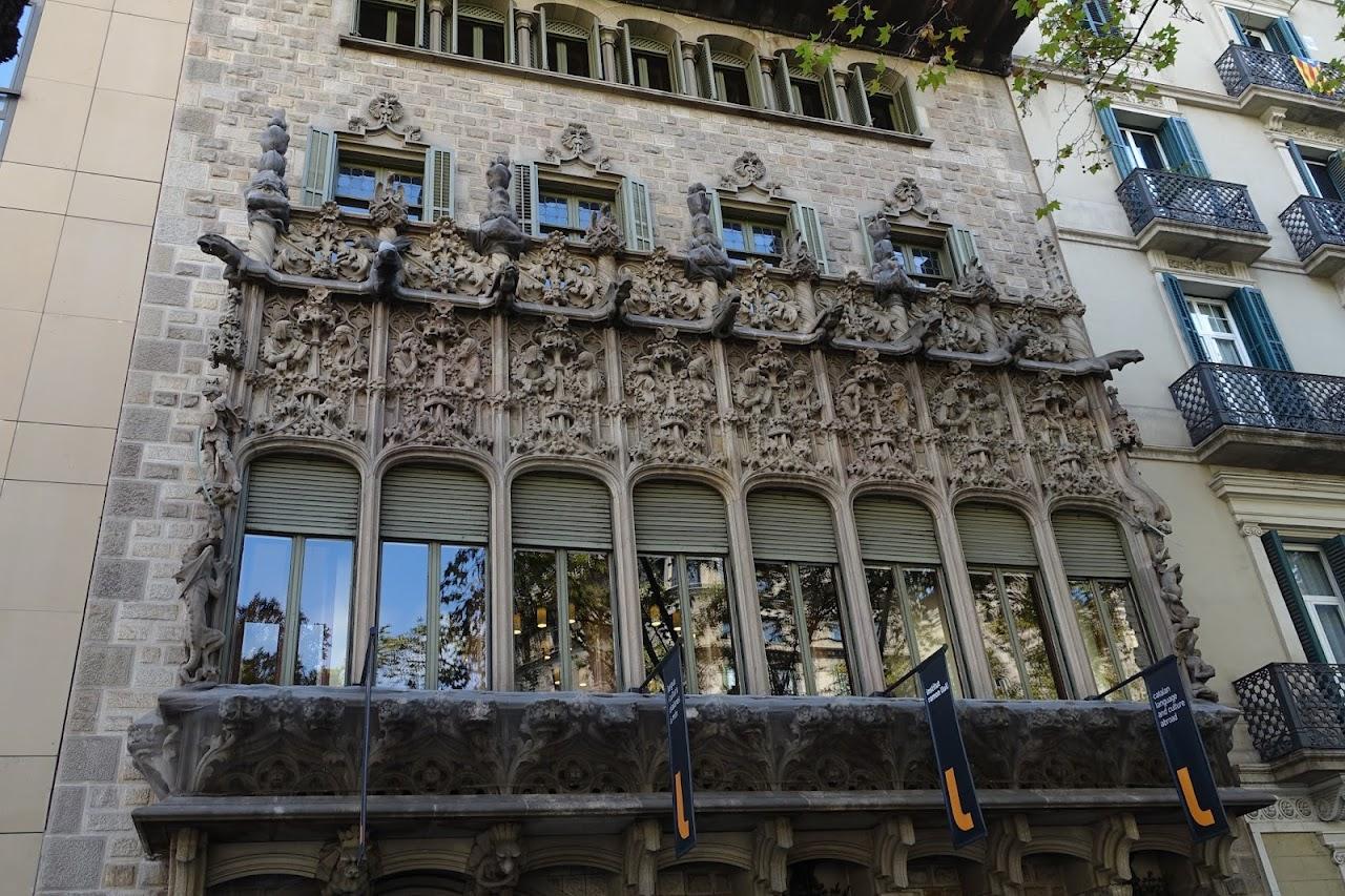 クアドロ男爵邸(Palau del Baró de Quadras)