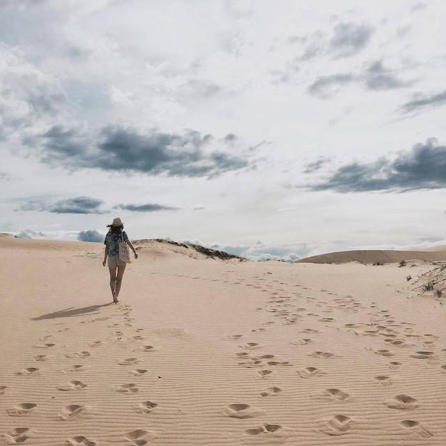 Cồn cát Quang Phú (xã Quang Phú, huyện Bố Trạch, Quảng Bình) cách trung tâm TP. Đồng Hới khoảng 10km về phía Đông Bắc. Với vẻ đẹp hoang sơ, chân phương vốn có của mình, hiện nay Cồn Cát Quang Phú đã và đang thu hút rất nhiều người đến tham quan và trải nghiệm những trò chơi trên cát độc đáo, mới lạ.