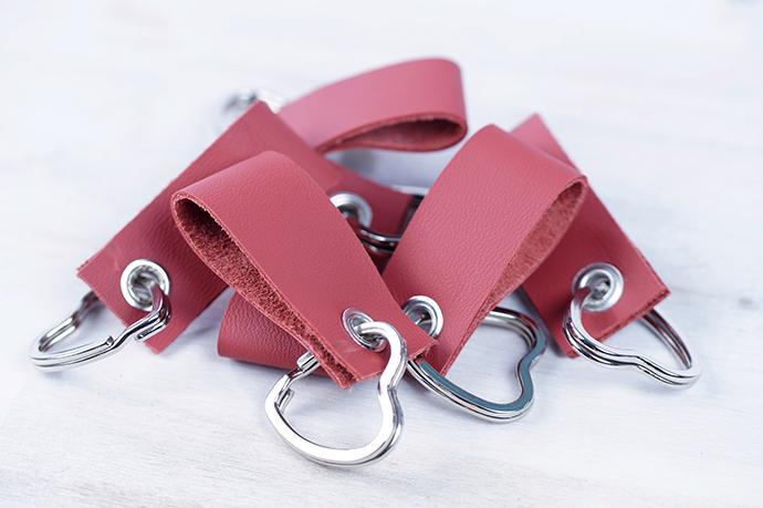 Ynas Design Blog | DIY | Valentinstagsgeschenk | Viele rote Schlüsselanhänger aus Leder