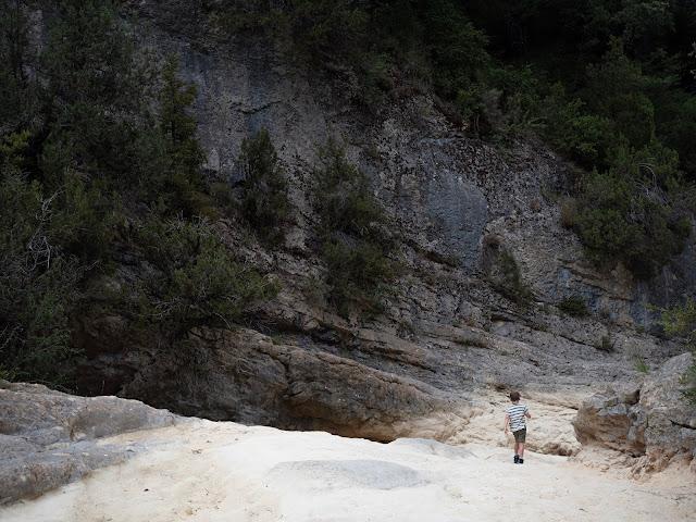 Niño caminando por la montaña